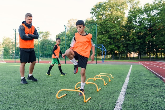 Garçon s'entraînant sur un terrain de football