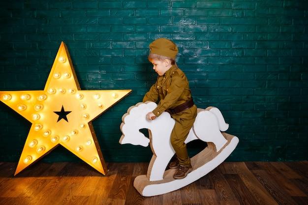 Le garçon se prépare à apprendre l'équitation à poney