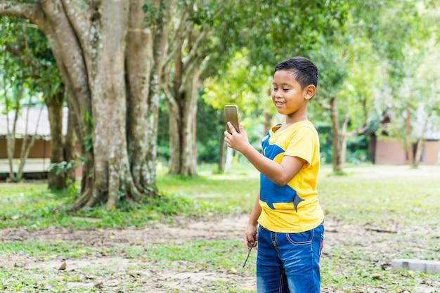 Le garçon selfie lors d'un voyage au parc national de khao yai, nakorn ratchasima, thaïlande