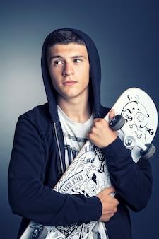 Garçon avec skateboard