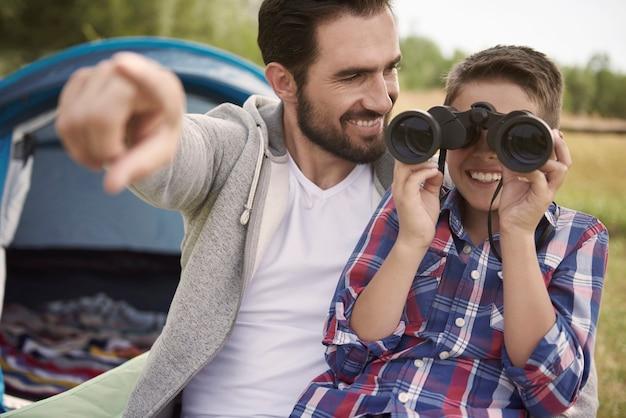 Garçon et son père profitant de la vue sur le camping