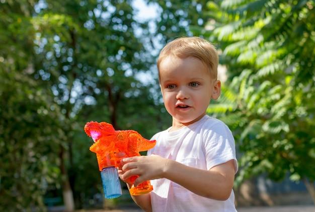 Le garçon souffle des bulles de savon