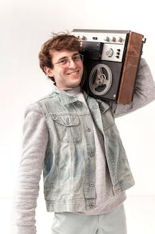 Garçon souriant avec cassette