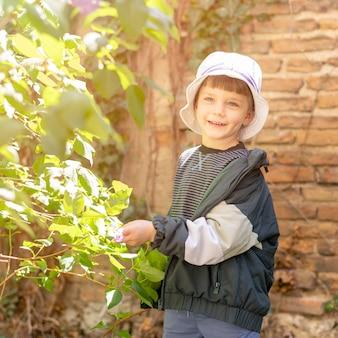 Garçon souriant avec chapeau