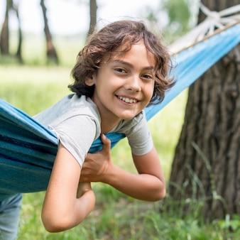 Garçon souriant dans un hamac