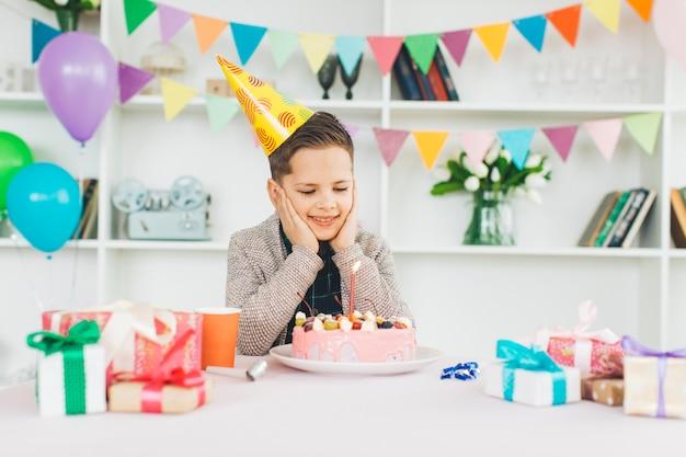 Garçon souriant avec un gâteau d'anniversaire