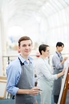 Garçon souriant peinture dans art studio