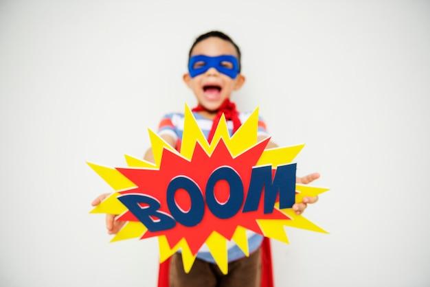 Garçon super-héros avec un effet sonore