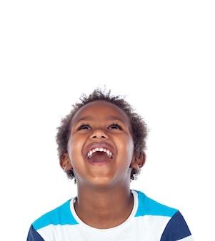 Garçon surpris en train de rire à haute voix