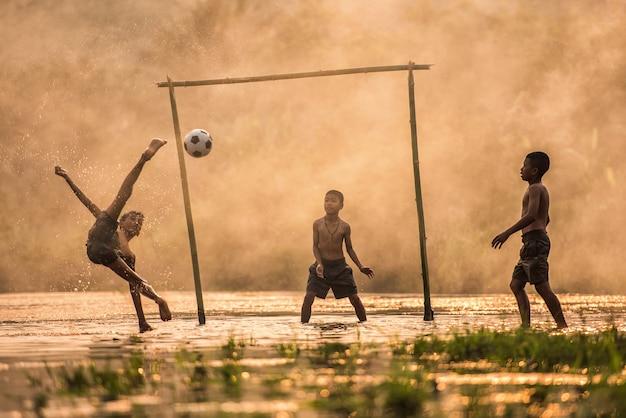 Garçon taper dans un ballon de foot