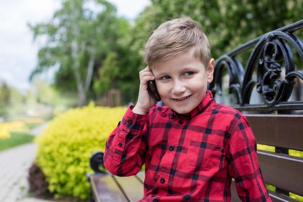 Garçon avec téléphone