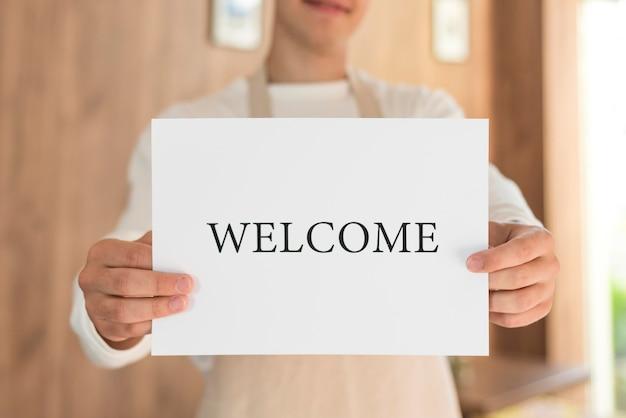 Garçon tenant une pancarte de bienvenue après la fin de la quarantaine