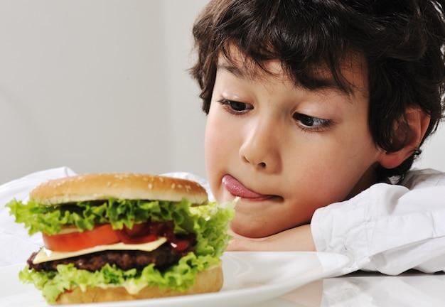 Garçon sur la tentation avec burger