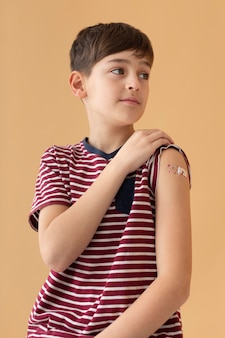 Garçon de tir moyen après le vaccin