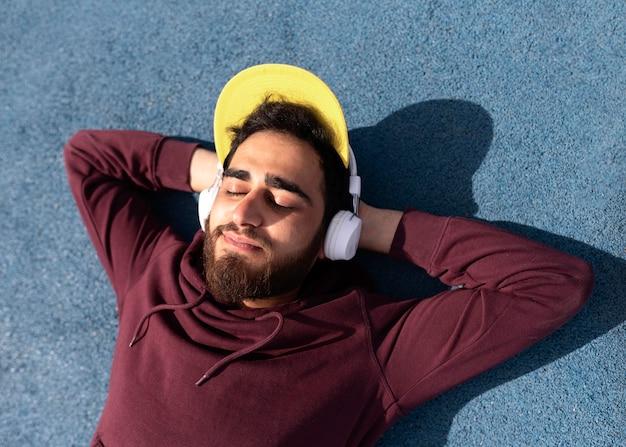 Garçon De Tir Moyen Avec Des écouteurs Photo Premium