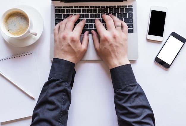Garçon travaillant sur un ordinateur portable gris