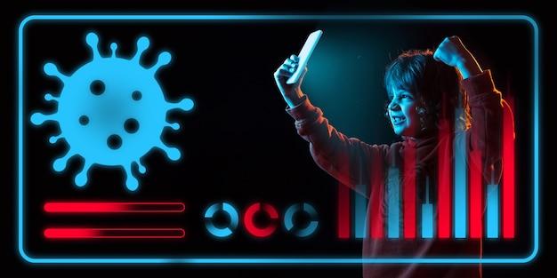 Garçon utilisant la technologie moderne d'interface et l'effet de couche numérique comme information sur la propagation de la pandémie de coronavirus. analyse de la situation avec le nombre de cas dans le monde, les soins de santé, la médecine et les affaires.
