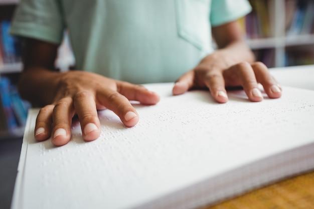 Garçon, utilisation, braille, lire