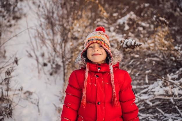 Garçon en vêtements de mode rouge jouant à l'extérieur
