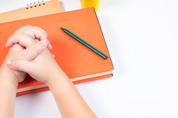 Garçon vue de dessus rejoindre la main faire attention à faire quelque chose dans la salle de classe / retour au concept de l'école