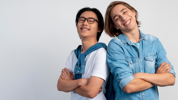 Garçons adolescents élégants posant ensemble