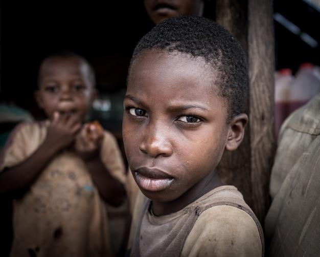 Garçons africains en portrait de village