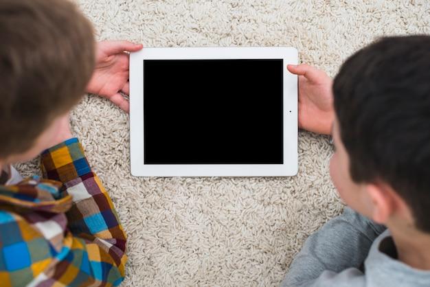 Garçons à l'aide d'une tablette