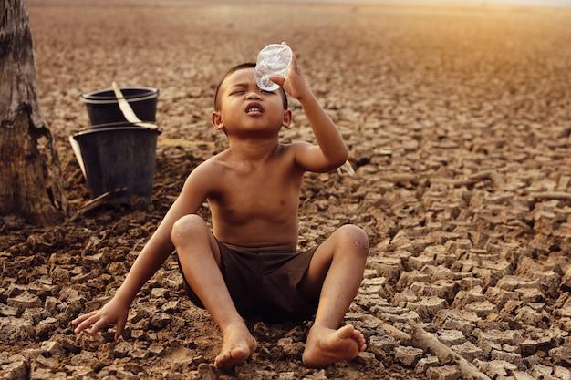 Les garçons asiatiques manquent actuellement d'eau potable pour la consommation.