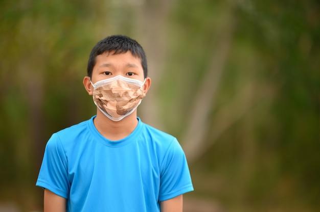 Les garçons asiatiques portent des chemises colorées, des masques pour se protéger contre les virus.
