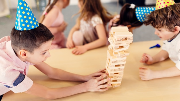 Garçons axés sur le jeu en bois