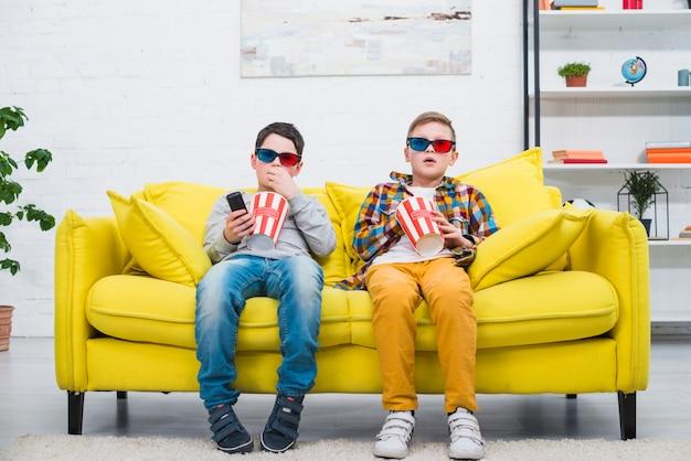 Garçons sur le canapé avec des lunettes 3d