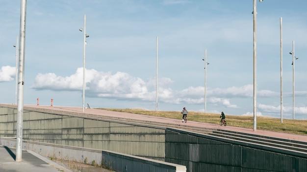 Les garçons à l'extérieur sur leurs vélos ensemble