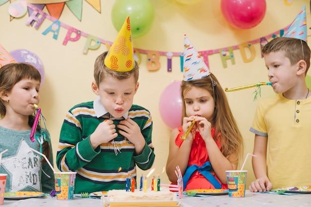 Garçons et filles célébrant l'anniversaire