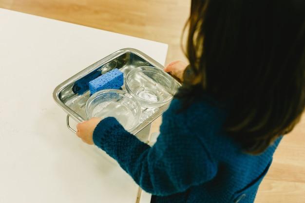 Des garçons et des filles d'une école montessori manipulent leur matériel pour apprendre