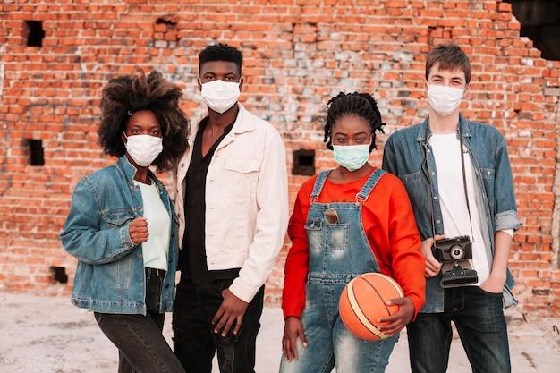 Garçons et filles posant avec des masques chirurgicaux