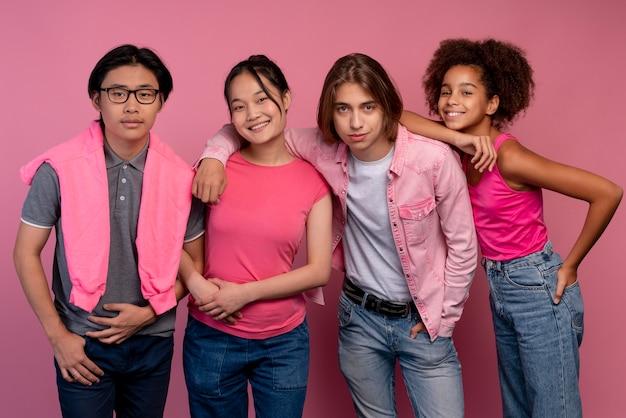 Garçons et filles posant en rose