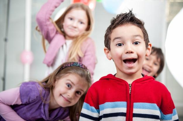 Garçons et filles profitant d'une fête d'anniversaire