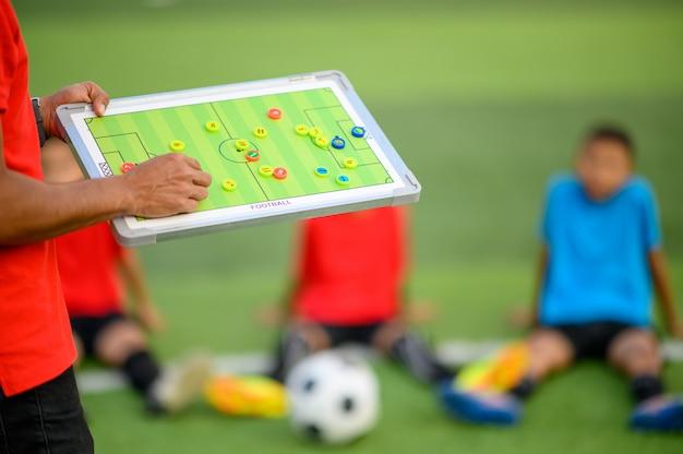 Garçons jouant au football sur le terrain d'entraînement