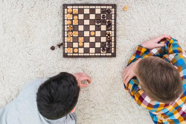 Garçons jouant aux échecs