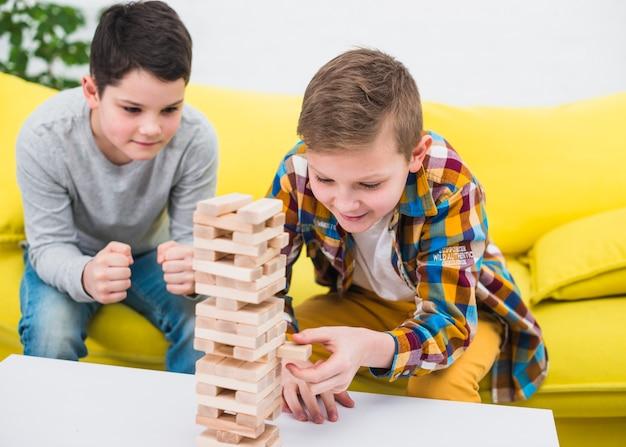 Garçons jouant ensemble