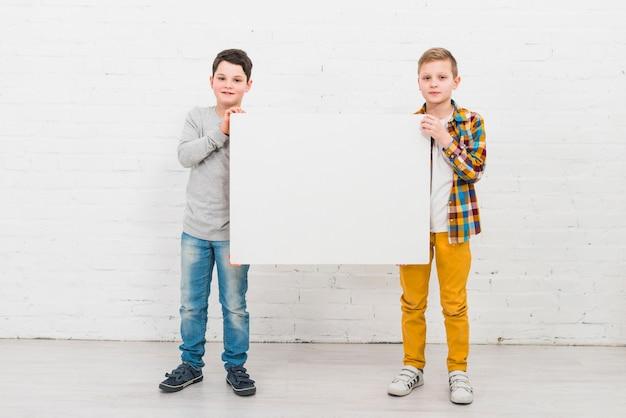 Garçons présentant un grand tableau