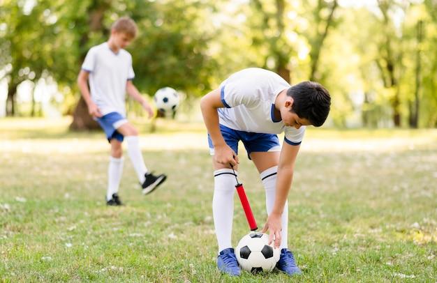 Les garçons s'entraînent pour un match de football