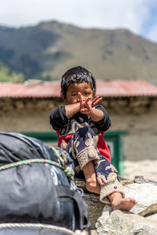 Garçons sherpas non identifiés à lukla, région de l'everest, au népal.