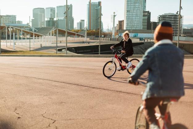 Les garçons à vélo à l'extérieur dans la ville