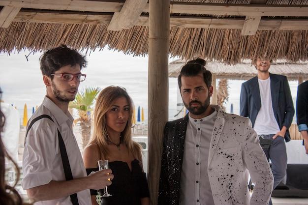 Les garçons en vêtements élégants s'ennuient lors d'une fête