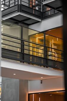 Garde-corps en métal noir sur bâtiment en béton blanc