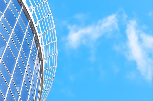 Garde-corps en verre et en acier inoxydable. escaliers dans un intérieur moderne. garde-corps en verre. low angle view of escaliers menant vers un bâtiment moderne.
