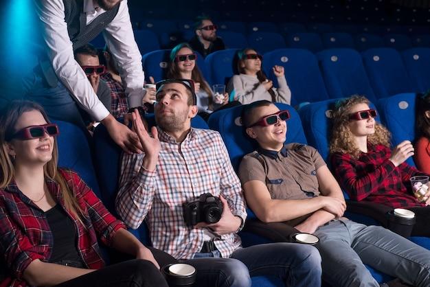 Le garde du cinéma a attrapé un jeune homme derrière une vidéo illégale tout en montrant le film