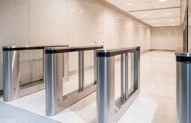Garde d'entrée en acier inoxydable à l'entrée de l'appartement