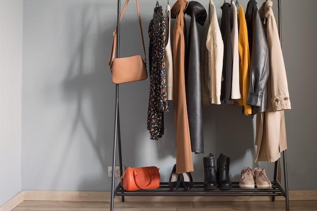 Garde-robe d'automne pour femmes de base avec chaussures et sacs à main sur cintre